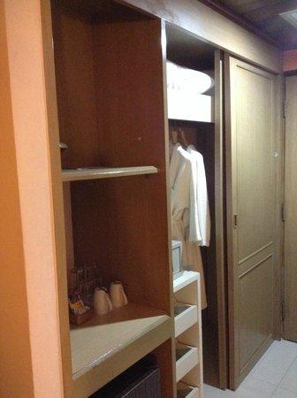 Pinnacle Lumpinee Park Hotel: ตู้เสื้อผ้า