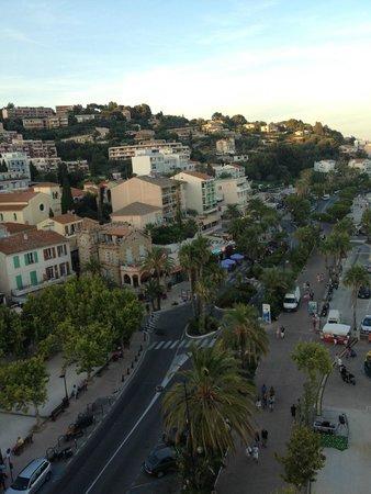 Le Rabelais: Тот балкон, где больше всего зелени как раз принадлежит отелю, на нем чудесная терраса с видом н