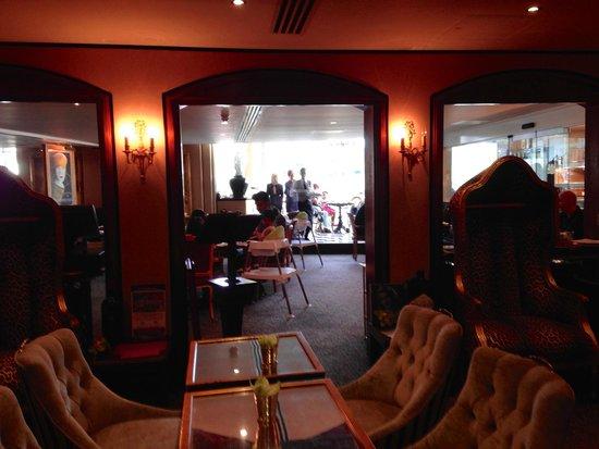 The Duke of Richmond Hotel: Bar into restaurant