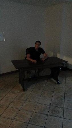 Valdragone, San Marino: Я за столом с креслом