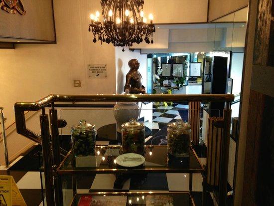 The Duke of Richmond Hotel: Restaurant foyer into lobby