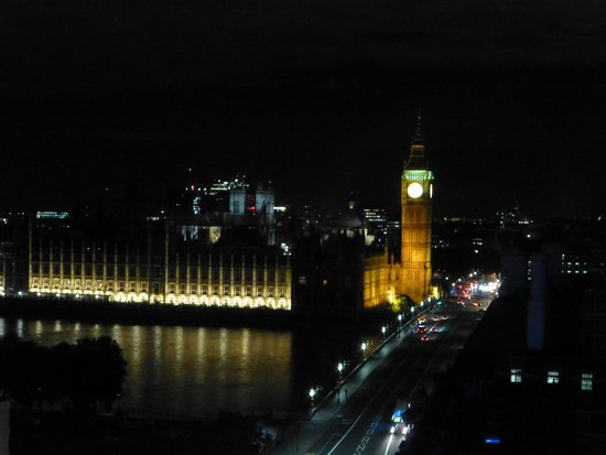 Park Plaza Westminster Bridge London: Our first view when we walked into the room!
