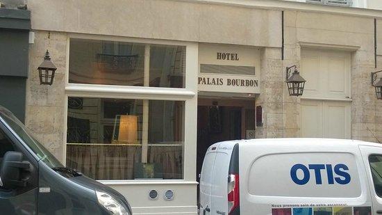 Hotel du Palais Bourbon: Front entrance
