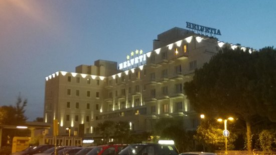 Hotel Terme Helvetia: Vista esterna notturna