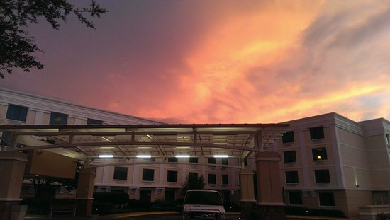 Holiday Inn & Suites Atlanta Airport - North: Beautriful sky after a stormy afternoon, a very pleasant stay