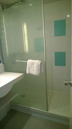 Novotel Caen Cote de Nacre: Modern shower