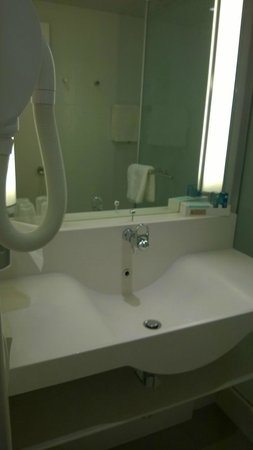 Novotel Caen Cote de Nacre: Clean modern bathroom