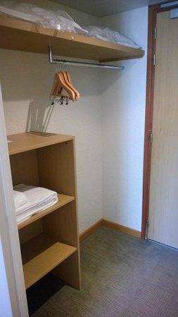 Novotel Caen Cote de Nacre: Closet area