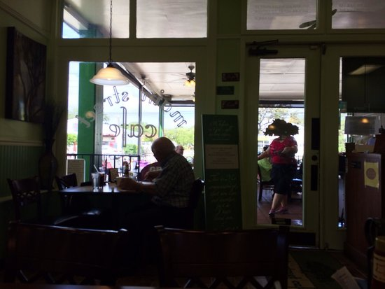 Main Street Cafe : Inside view towards the patio