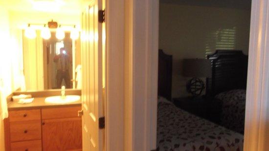 WorldMark Angels Camp: Master bath & bedroom