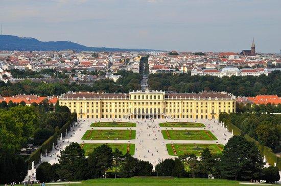 Schloss Schönbrunn: Looking at the Schonbrunn Palace from the Glorietta