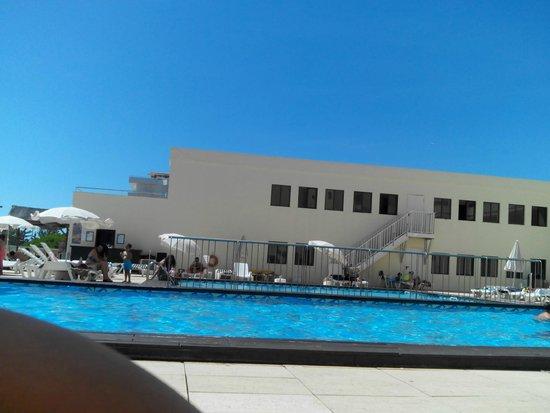 Yellow Praia Monte Gordo: piscina exterior