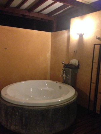 Pakasai Resort: Adora suite room outdoor bathtub is lovely but please use insect repellent to prevent mosquito b