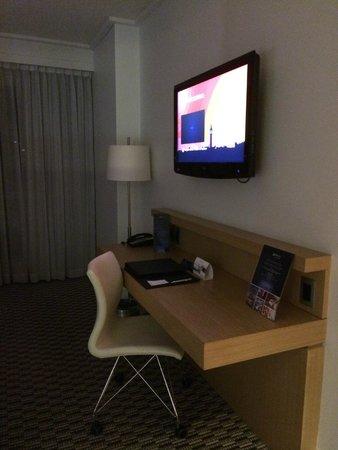 Radisson Blu Gautrain Hotel: Desk and TV in room