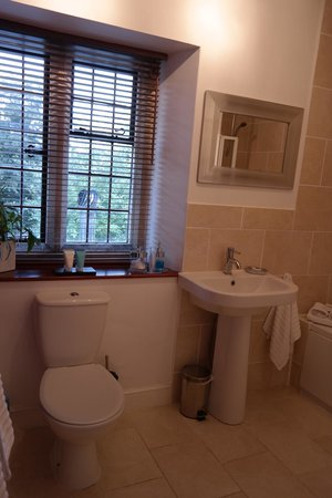 Collin House Bed & Breakfast: Big bathroom