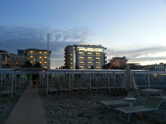 Hotel Ca' Bianca: вид на отель с пляжа 110 (Ca Bianca слева)
