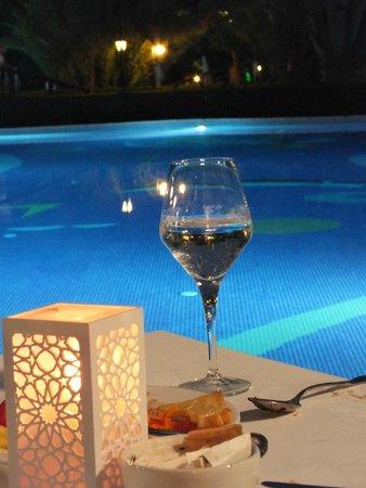 Gloria Golf Resort: Poolside dining at night!