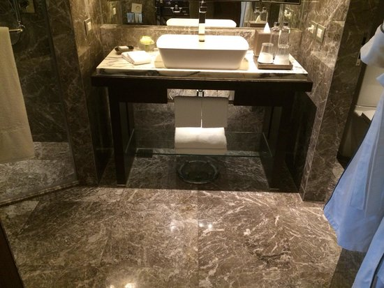 Siam Kempinski Hotel Bangkok: Toilet is big around 150 feet and the decoration is luxury.