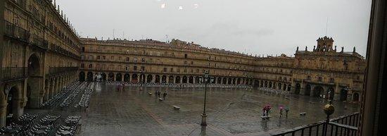 Salamanca's Plaza Mayor : Chegamos com chuva, e fomos almoçar num restaurante com vista total da plaza