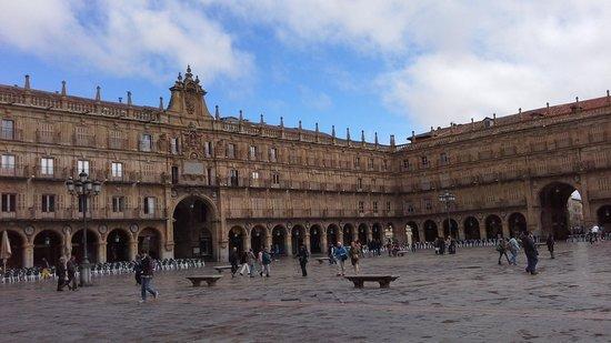 Salamanca's Plaza Mayor : A chuva para, e aos poucos as pessoas chegam