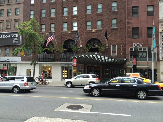 Renaissance New York Hotel 57 : Entrance from across the street