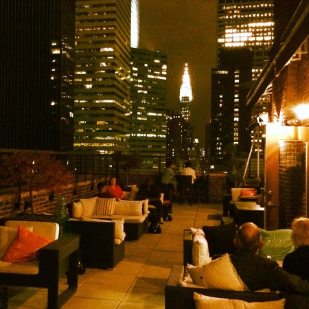 Renaissance New York Hotel 57: Rooftop terrace with view of Chrysler Building