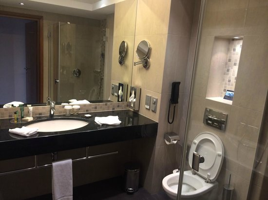 Hilton Gdansk: Spacious bathroom with seperate tub and shower