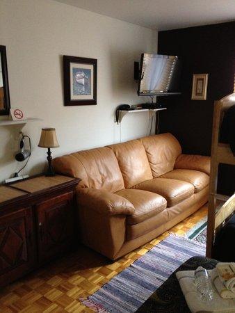 Repos & Manna B & B: Our family room...comfy