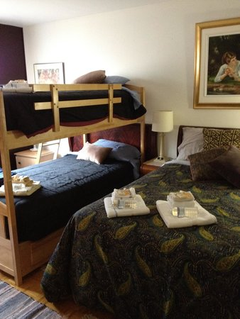 Repos & Manna B & B: Our family room...ideal for family of 4