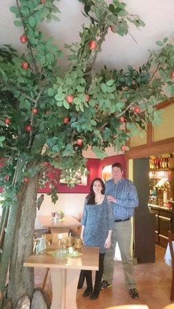 Elsterberg, Germany: Uma árvore dentro do restaurante.