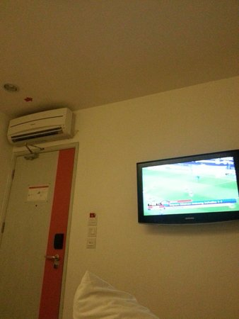 DeMira Hotel: In-room TV n cooling