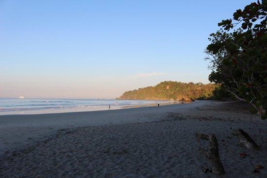 Playa Manuel Antonio: sunrise, looking north