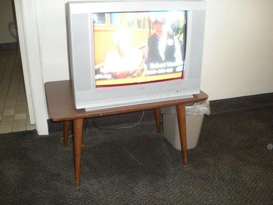 Yankee Village Motel: TV on small table