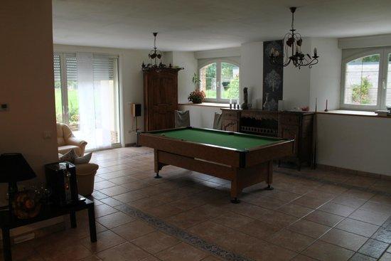 Le Blockhaus de Domleger : Billard dans salle à manger commune