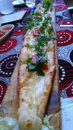 Yoruk Restaurant and Cafe: Pida with yellow cheese, delicious.