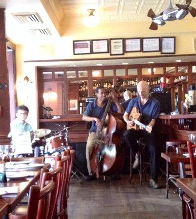 Le Bateau Ivre: Jazz trio at weekend brunch:)
