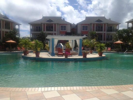Bay Gardens Beach Resort: Pool & Island Jacuzzi