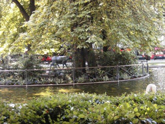Karl Johans gate: In the center.