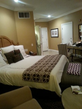 Westlake Village Inn: Room with King size bed