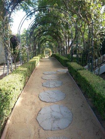 Westlake Village Inn: covered walk-ways throughtout the grounds