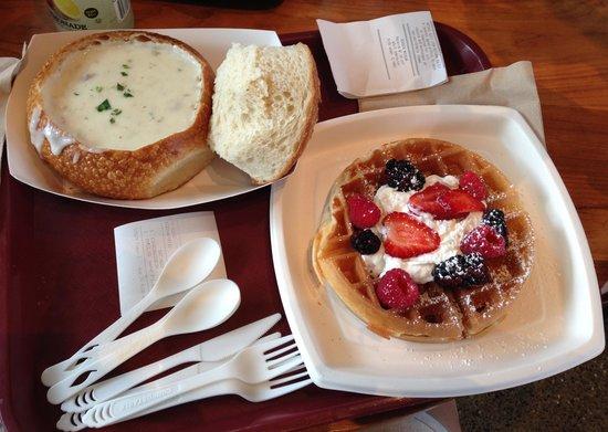 Boudin's Bakery & Cafe: Sopa de caranguejo no pão e waffle de frutas