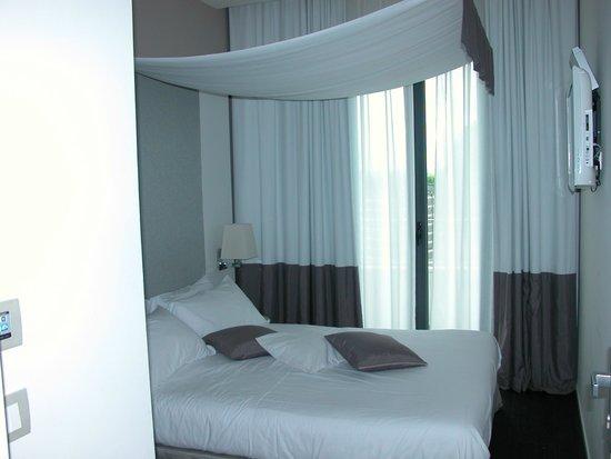 Hotel Ines: chambre de la suite vue sur piscine
