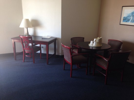 Quality Inn & Suites Oceanview: Two king suite dining room
