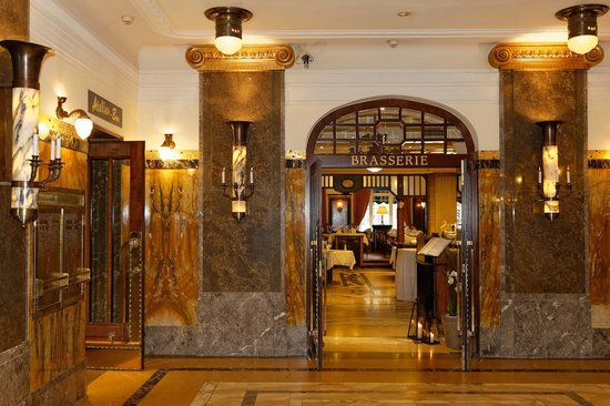 Le Meridien Grand Hotel Nurnberg: Entrance and Restaurant (Breakfast Buffet)