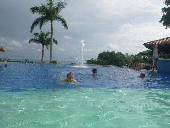 Parador Resort and Spa: Baño en la piscina. Al fondo, el Pacífico.