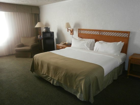 Holiday Inn  Panama City: King bed in spacious Room 407