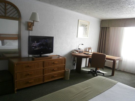 Holiday Inn  Panama City: TV and work area in Room 407
