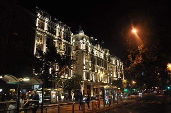 Corinthia Hotel Budapest: la facade de l hotel de nuit