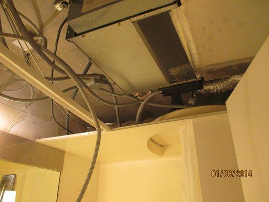 Novotel Paris Creteil Le Lac : picture of bathroom ceiling and electrics fallen down