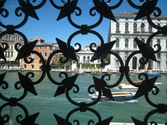 Collection Peggy Guggenheim : view of Grand Canal inside the museum
